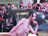 """""""干露露2号""""嫩乳半裸惊艳现场车展"""