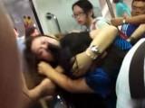 北京地铁又现猛女互殴 素质啊!