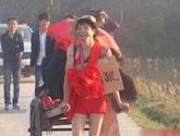 见识新农村的时尚恶搞婚礼 色狼手拉车接新娘(组图)
